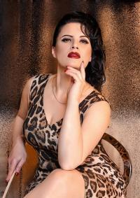 Madame Irina ist eine erfahrene naturdominante Bizarrlady die mit Strenge und Konsequenz deine Gelüste erwecken wird