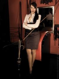 Lady Salomee ist eine strenge Domina die Dich im Studio Tartarus züchtigen und unterwerfen wird