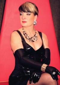Lady Julia verkörpert Dominanz, Eleganz und Extravaganz und überfällt Dich wie ein dominanter Schatten um Dich erglühen und erbeben zu lassen